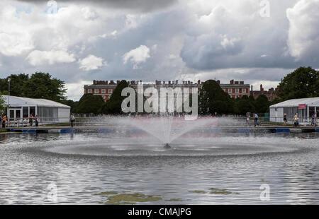 Hampton Court, UK. Mittwoch, 4. Juli 2012. Hampton Court Palast ist der Veranstaltungsort für die jährliche Hampton - Stockfoto