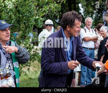 """Hampton Court, UK. Mittwoch, 4. Juli 2012. Monty Don auf """"Dachs-Biergarten"""" am Hampton Court Flower Show. Dies ist - Stockfoto"""