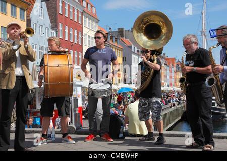 Juli Freitag 13, 2012 - drängten sich die beliebte Straßenumzug und traditionellen jazz-Band - The Orion Brass Band - Stockfoto