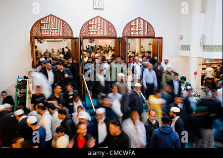 London, UK - 20. Juli 2012: Londons muslimischen Gläubigen verlassen die East London Moschee am ersten Tag des Ramadan. - Stockfoto