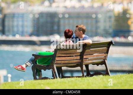 Menschen, die genießen des warmen sonnige Wetter am Meer in Aberystwyth, Wales. Temperaturen im Vereinigten Königreich - Stockfoto