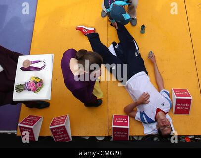 7. August 2012. 07.08.2012. London, England. Bronzemedaillengewinner Jonathan Brownlee (R) of Great Britain liegt - Stockfoto