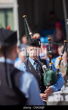Piper von Dartmouth und District Pipe Band aus Nova Scotia Kanada bei George Square im Zentrum von Glasgow im Rahmen - Stockfoto