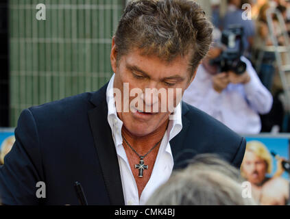 David Hasselhoff Zeichen Autogramme an Keith Lemon Film, Premiere Odeon Leicester Square in London Uk Montag, 20. - Stockfoto