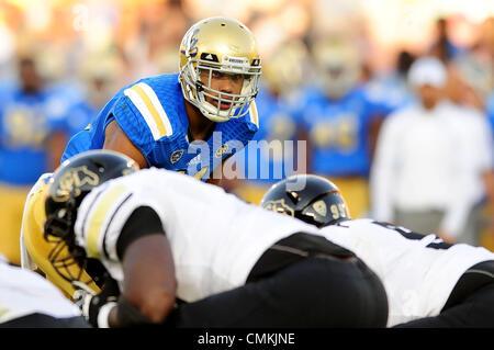 Pasadena, CA, USA. 2. November 2013. UCLA Bruins Linebacker Anthony Barr #11 in Aktion während der NCAA Football - Stockfoto