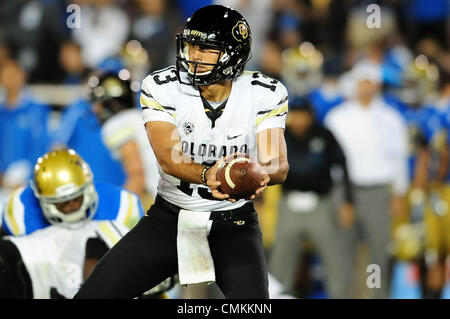 Pasadena, CA, USA. 2. November 2013. Colorado Buffaloes quarterback Sefo Liufau #13 in Aktion während der NCAA Football - Stockfoto