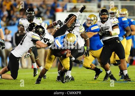 Pasadena, CA, USA. 2. November 2013. UCLA Bruins quarterback Brett Hundley #17 läuft 10 Yards für ein First Down - Stockfoto