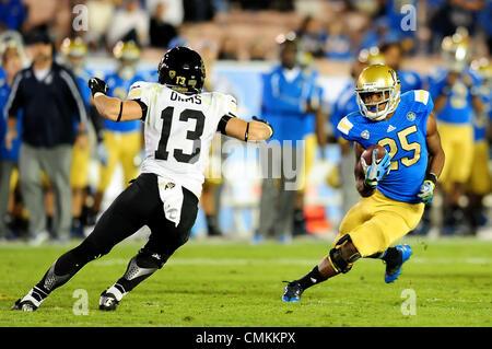 Pasadena, CA, USA. 2. November 2013. UCLA Bruins Runningback Damien Thigpen #25 27 Yards für ein First Down läuft - Stockfoto