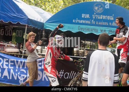 Chiang Mai, Thailand, 2. November 2013. Britische professionelle Mountainbiker Steve Peat feiert seinen Sieg bei - Stockfoto