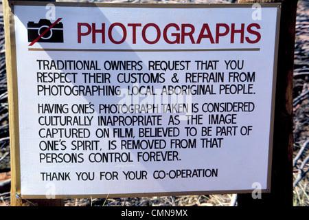 """Ein Schild """"No Photography"""" fragt Besucher, die Anangu Aborigines zu respektieren, die rund um die weltberühmte - Stockfoto"""