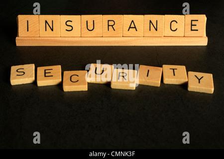 Versicherung und Sicherheit Cpncept, mit Worten dargelegt in Alphabet Buchstaben. Strukturiert und auf einem dunklen - Stockfoto