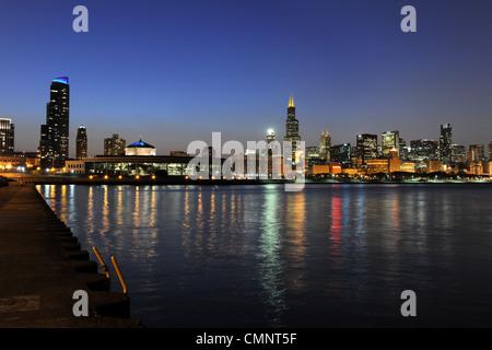 Südansicht der Innenstadt von Chicago Skyline in der Abenddämmerung - Stockfoto