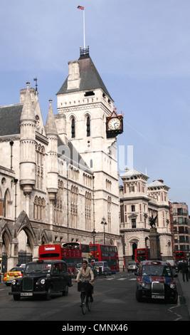 Fleet Street und der Royal Courts of Justice in London - Stockfoto