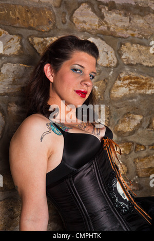 Eine junge Brünette Pin-up Model Posen in Steam Punk-unter dem Motto Kleidung - Stockfoto