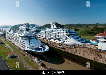 Kreuzfahrt-Schiffe im Transit von Miraflores Schleusen. Panama-Kanal - Stockfoto