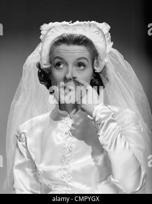 1950ER JAHREN BRAUT KRATZEN NASE UND NACHSCHLAGEN - Stockfoto
