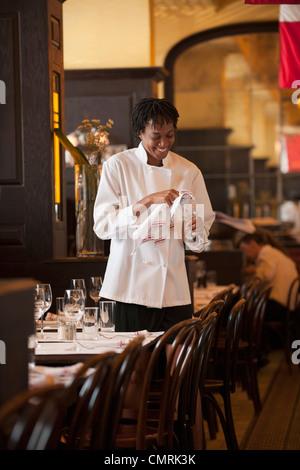 Afrikanische amerikanische Kellnerin Überprüfung Wein Glas im restaurant - Stockfoto