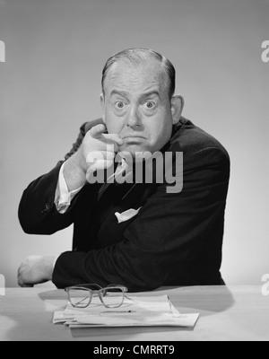 1950S 1960S WÜTEND BUSINESSMAN POINTING FINGER PRALL STARRENDEN AUGEN WEIT OFFEN - Stockfoto
