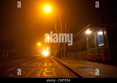 Einer ruhigen Bushaltestelle in der Nacht in London. - Stockfoto