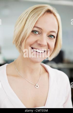 Close-up auf glückliche Frau Blick in die Kamera - Stockfoto
