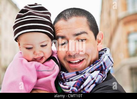 Nahaufnahme von Vater und baby (0-11 Monate) nach unten - Stockfoto