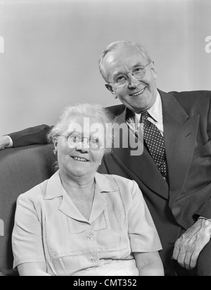 1940S 1950S IM RUHESTAND, PORTRAIT GLÜCKLICH LÄCHELNDE ÄLTERE PAAR - Stockfoto