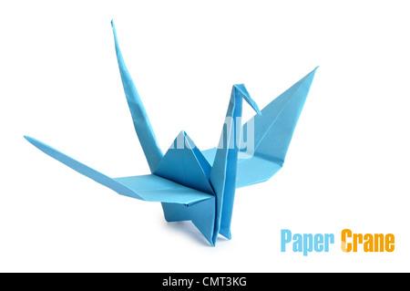 Traditionelle japanische Origami-Kranich, hergestellt aus blauem Papier auf weißem Hintergrund - Stockfoto