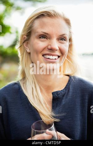 Lächelnde Frau in Nahaufnahme - Stockfoto
