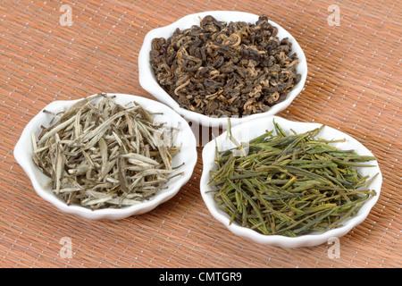 Chinesischen Tees in Platten auf Bambusmatte - Stockfoto