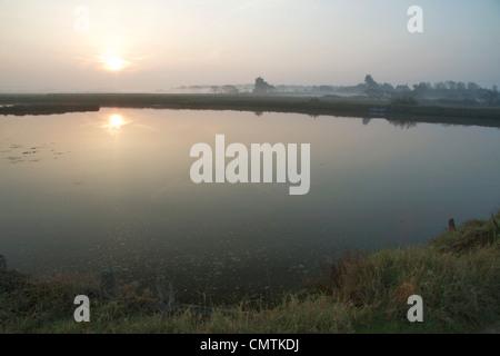 Am frühen Morgen, kurz nach Sonnenaufgang, Newtown Hafen, Isle Of Wight - Stockfoto