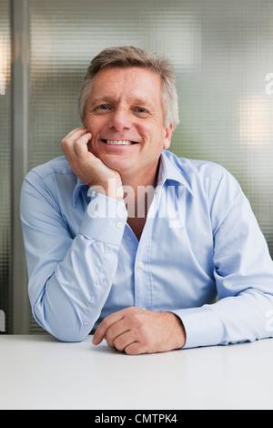 Porträt des Kaufmanns Blick in die Kamera - Stockfoto
