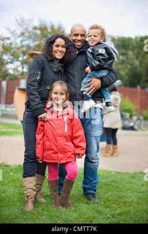 Porträt der Familie mit zwei Kindern (2-5) im park - Stockfoto