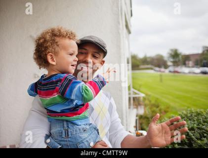 Nahaufnahme von Vater mit Sohn (2-3) - Stockfoto