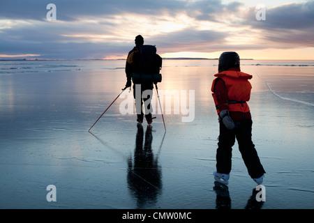 Mann und Mädchen auf Eis - Stockfoto