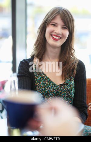Glückliche junge Frau im café - Stockfoto