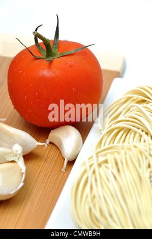 Nudel, frischen Tomaten und Knoblauch - Stockfoto