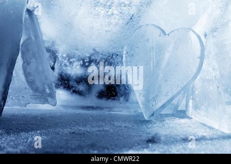 Ein Stück Eis wie ein Herz geformt. - Stockfoto