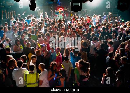 Jugendliche in Newquay, Cornwall zu feiern. - Stockfoto