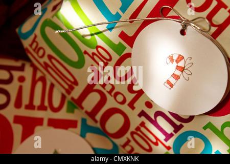 Weihnachtsgeschenke mit Candy-Bar-Tag. - Stockfoto
