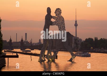 Molekulare Männer Bildhauerei an der Spree mit Alex Fernsehturm im Hintergrund, Berlin, Deutschland - Stockfoto