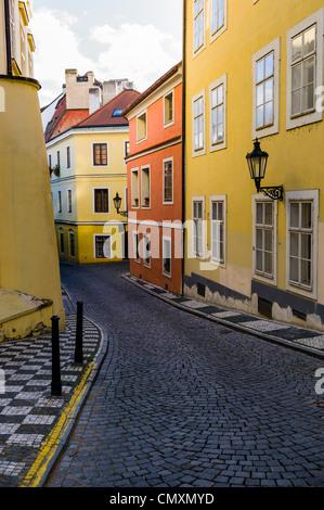 Bunte Häuser säumen die gepflasterten Gassen von Prag, Tschechische Republik - Stockfoto