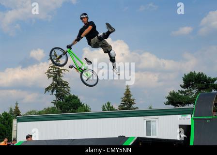 Extreme stunt Rider fliegen hoch in der Luft an die superex in Ottawa. - Stockfoto