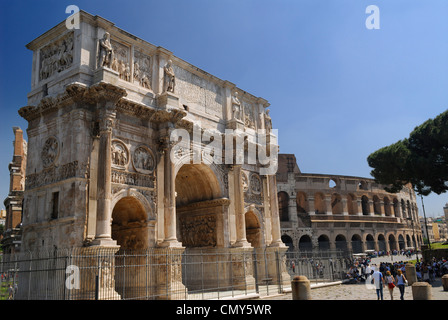 Triumphbogen des Konstantin neben Kolosseum in Rom Italien - Stockfoto