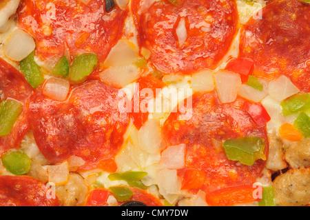 Makro Nahaufnahme Detail Pizza mit Käse, Salami, Wurst, rote und grüne Paprika, Zwiebeln