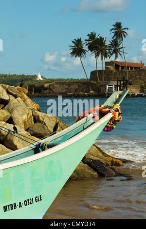 Angeln Boot Bug im alten Fort Hafen mit buddhistischen Tempel jenseits; Galle, südliche Provinz, Sri Lanka, Asien - Stockfoto