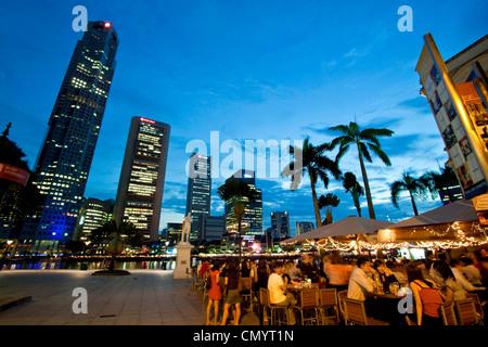 Skyline von Singapur, Raffles Statue, Straßencafé, Südost-Asien, twilight - Stockfoto