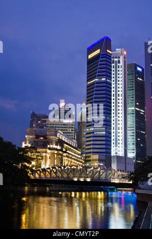 Fullerton Hotel Cavenagh Brücke, die Skyline von Singapur, Süd-Ost-Asien, twilight - Stockfoto