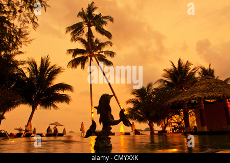 Tropicana Resort & Spa, Pool bei Sonnenuntergang, Klong Prao Beach, Koh Chang, Thailand - Stockfoto