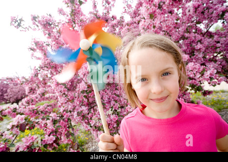 Mädchen mit Pin-Rad und rosa Blüten, Winnipeg, Manitoba - Stockfoto