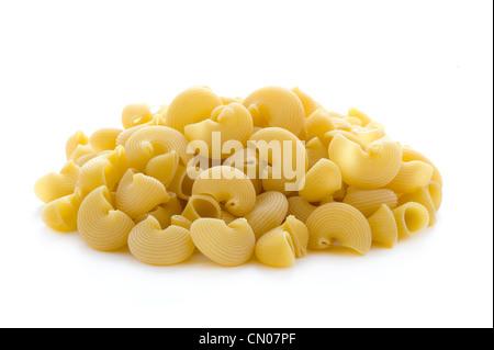 ungekocht beendet Nudeln in einem Haufen auf einem weißen Hintergrund isoliert - Stockfoto